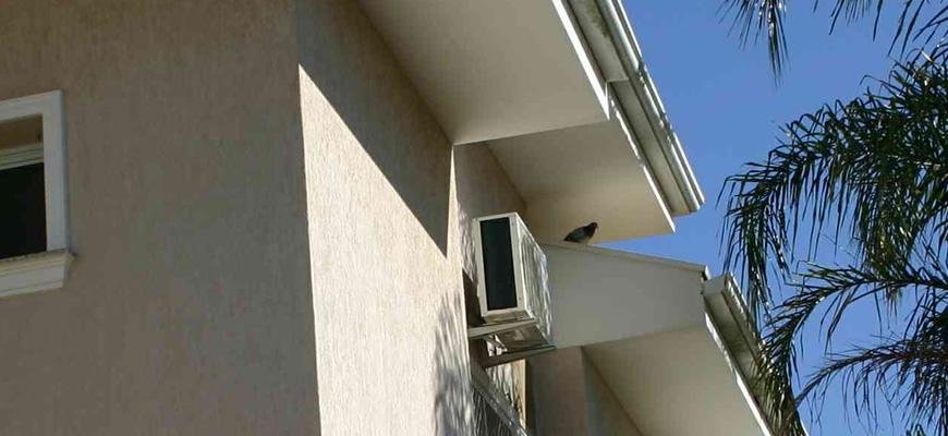 Os Pombos podem ficam em cima de telhados, aparelhos de ar-condicionados e janelas.