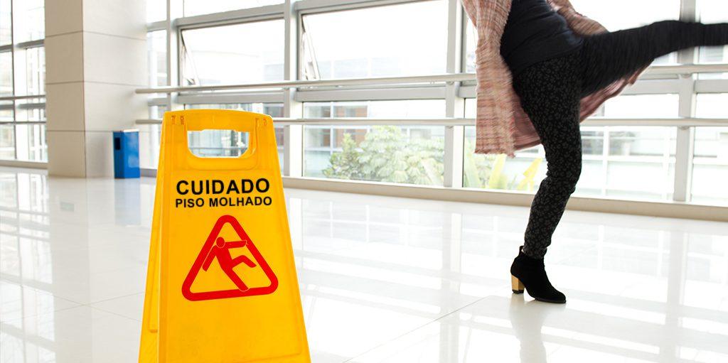 Muitos acidentes ocorrem logo depois da limpeza de pisos. Mesmo com as placas de aviso, as pessoas, geralmente distraídas, acabam ignorando o alerta.
